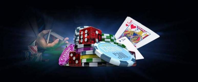 Hand som håller spelkort, spelmarker, spelkort och tärningar